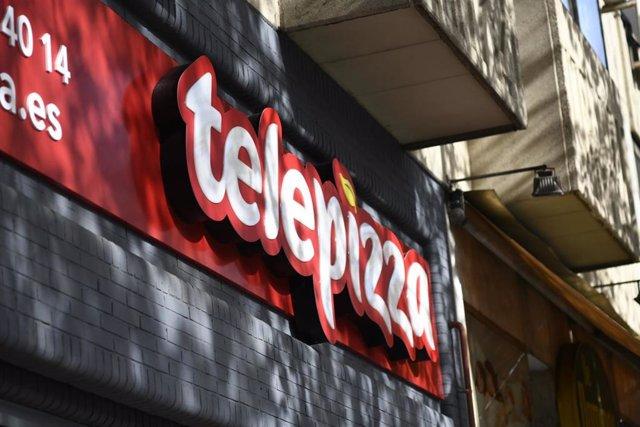 Logotipo de la marca Telepizza en un restaurante de la misma cadena, en Madrid.