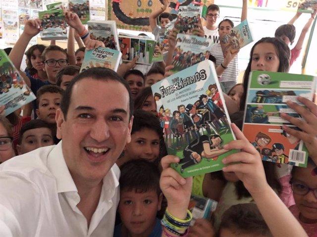El escritor Roberto Santiago, con jóvenes lectores.