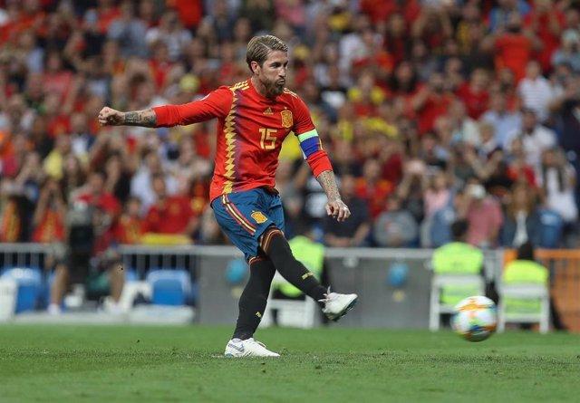 Sergio Ramos marca un gol con la selección española.