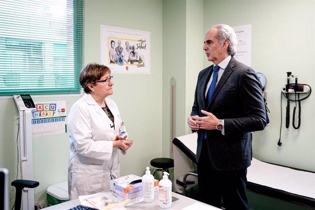El consejero de Sanidad de la Comunidad de Madrid, Enrique Ruiz Escudero, conversa con una profesional del centro de salud de Almendrales, en Madrid.