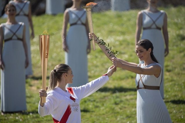 JJ.OO.- El relevo de la antorcha olímpica se detiene en Grecia un día después del encendido por el coronavirus