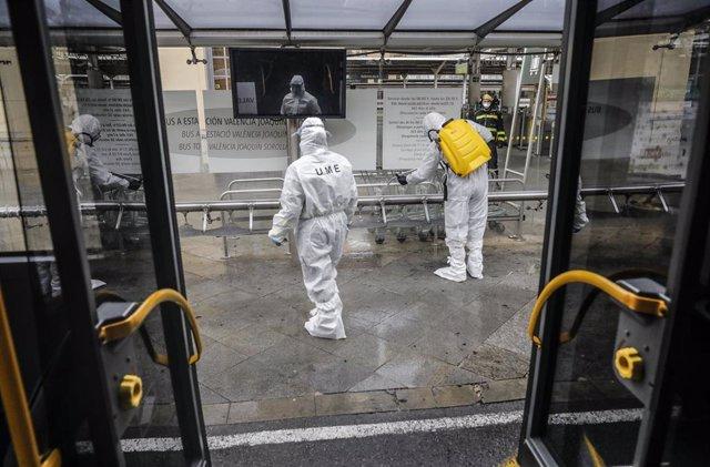 Agentes de la Unidad Militar de Emergencias (UME) realizan trabajos de desinfección y limpieza en la Estación del Norte de Valencia durante el estado de alarma decretado en España como contención del coronavirus, en Valencia