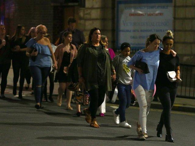 Los asistentes a un concierto de Ariana Grande en el pabellón Manchester Arena son desalojados tras un atentado.