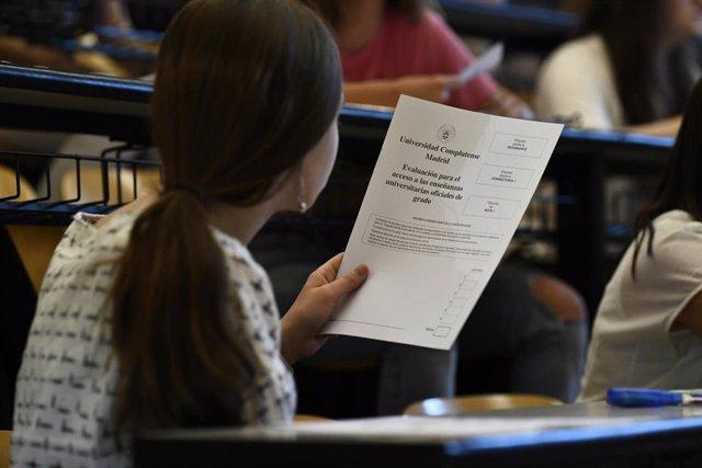 Una estudiante, con el examen de Selectividad del año pasado.