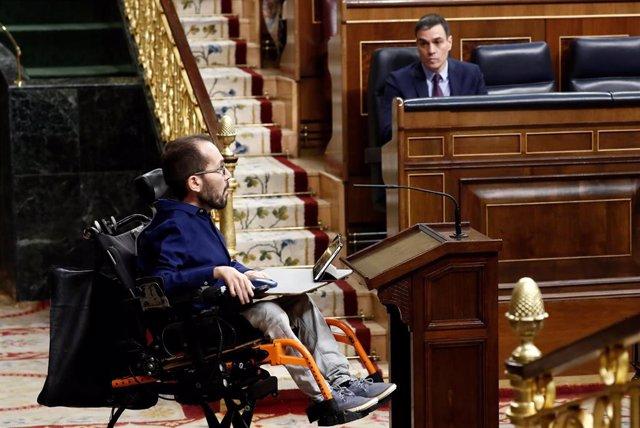 El portavoz de Unidas Podemos, Pablo Echenique (i), se dirige a dar la réplica, este miércoles en el Congreso, al presidente del Gobierno, Pedro Sánchez (d), q