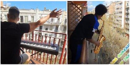 Dos músicos de Barcelona se unieron en un improvisado concierto para amenizar a los vecinos en sus confinamientos