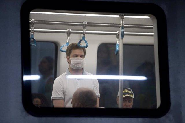 Un hombre con mascarilla en el metro de Río de Janeiro