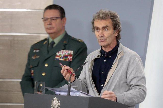 (I-D) El DAO de la Guardia Civil, Laurentino Ceña; y el director del Centro de Coordinación de Alertas y Emergencias Sanitarias, Fernando Simón, durante una rueda de prensa.