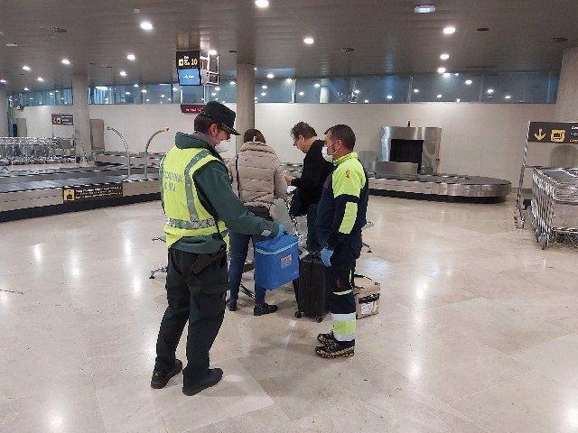 La Guardia Civil apoya la entrega y transporte de material para transporte en Valencia y Málaga, procedentes de Londres y Ámsterdam
