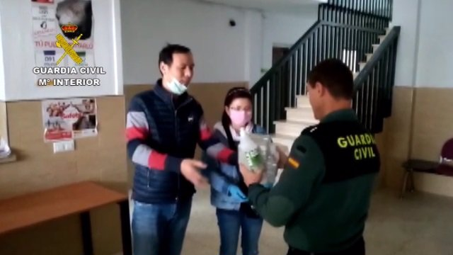Ciudadanos chinos entregan material sanitario a la Guardia Civil para luchar contra el coronavirus