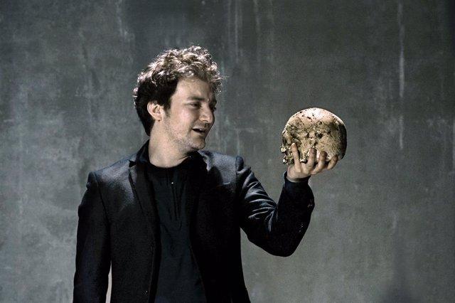 L'actor Pol López durant la seva actuació en l'obra 'Hamlet' de William Shakespeare realitzada en el Teatre Lliure