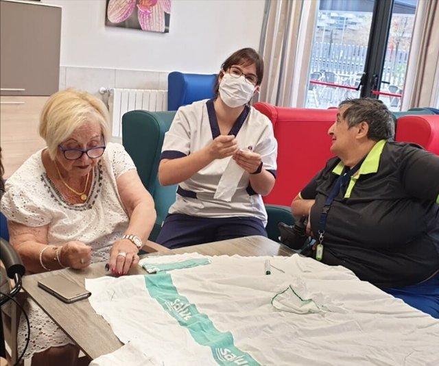 Residencia de ancianos Vitalia Expo, donde las trabajadoras y residentes que fueron costureras hacen mascarillas