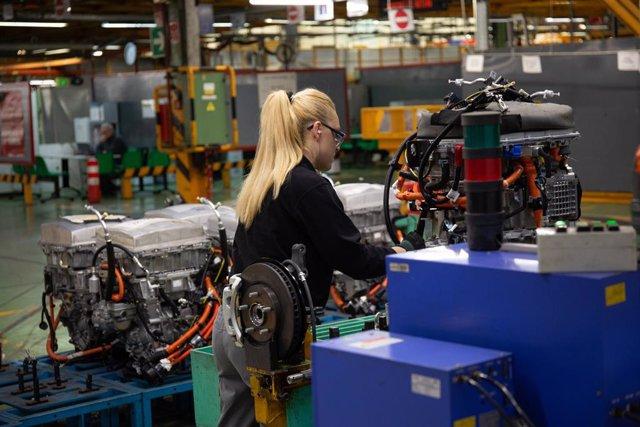 Imatge d'una treballadora en una planta industrial.