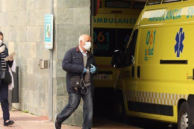 Un hombre con mascarilla entra en el Hospital Universitario Miguel Servet en el tercer día laborable del estado de alarma por coronavirus en Zaragoza, Aragón (España), a 18 de marzo de 2020.