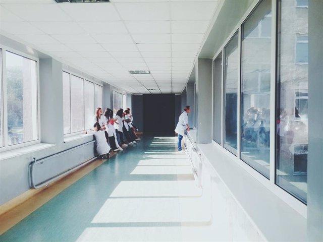 Imatge d'arxiu de professionals sanitaris en un centre, metges, infermeres, facultatius