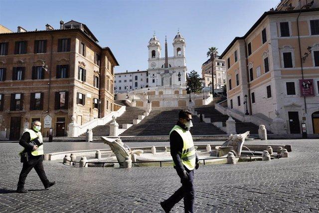 Policías en la Plaza de España en Roma