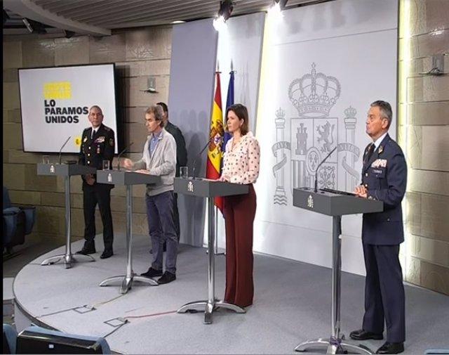 (I-D) El DAO de la Policia, José Ángel González; el DAO de la Guàrdia Civil, Laurentino Ceña; el director del Centre de Coordinació d'Alertes i Emergències Sanitàries, Fernando Simón; i el general de l'Exèrcit de l'Aire Miguel Ángel Villarroya