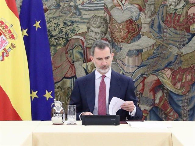 El Rei Felipe VI durant una reunió amb el president del Govern, Pedro Sánchez, i el Comitè de gestió tècnica del coronavirus en el Palau de la Zarzuela, a Madrid (Espanya) a 17 de març de 2020.