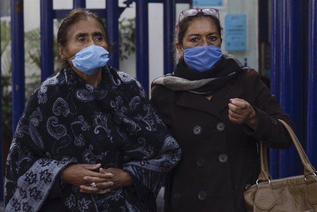 Mujeres con mascarillas en Ciudad de México