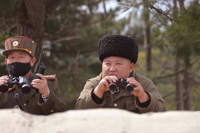 Kim Jong Un supervisa una prueba de misiles