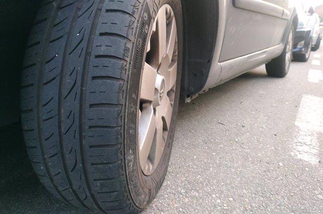 Imagen del neumático de un vehículo.