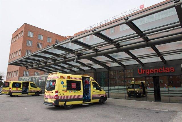 Ambulancias aparcadas en el parking habilitado del Hospital Clínico San Carlos.