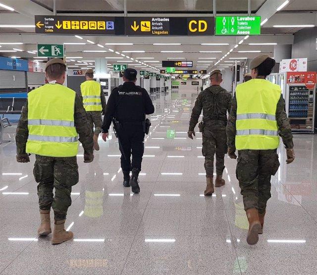 Agentes Policía Nacional y del Ejército en el Aeropuerto de Palma, patrulla, recurso, archivo
