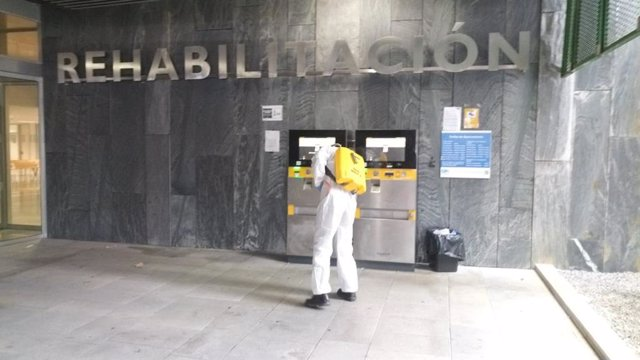 Efectivos de la Unidad Militar de Emergencias (UME) realizando labores de desinfección en las inmediaciones del Hospital Universitario Central de Asturias (HUCA).