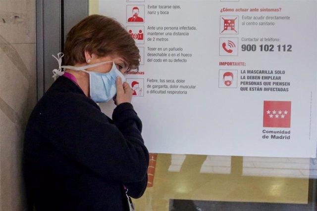Una enfermera descansa en una de las puertas pertenecientes al Hospital Gregorio Marañón de Madrid en el primer día laborable del estado de alarma por el coronavirus en Madrid, en Madrid (España), a 16 de marzo de 2020.