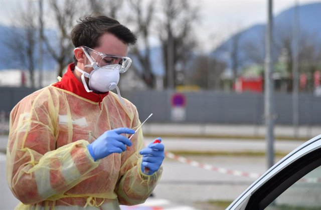 17 March 2020, Austria, Salzburg: A member of the Red Cross conducts a drive-in test amid the spread of the Coronavirus (Covid-19). Photo: Barbara Gindl/APA/dpa