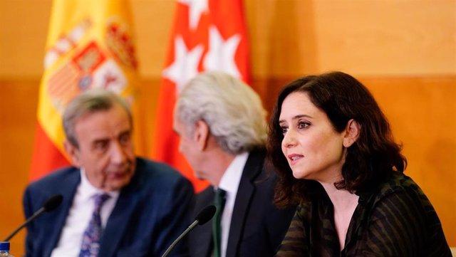 Imagen de recurso de la presidenta de la Comunidad de Madrid, Isabel Díaz Ayuso, junto al consejero de Sanidad, Enrique Ruiz Escudero.