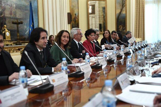 La ministra de Educación y Formación Profesional, Isabel Celaá (de rojo en el centro), en la última reunión de la Conferencia Sectorial de Educación, celebrada en enero de 2019.