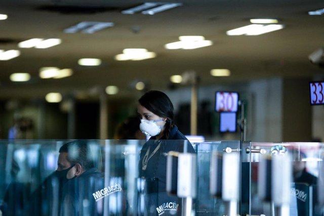 Empleados del aeropuerto internacional de Bogotá con mascarilla por el coronavirus