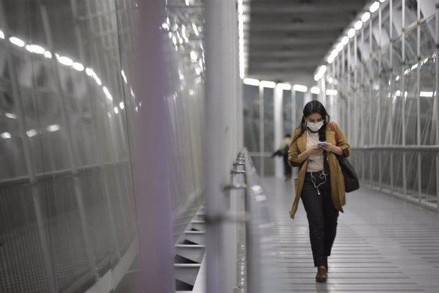 Una mujer con mascarilla en Bogotá