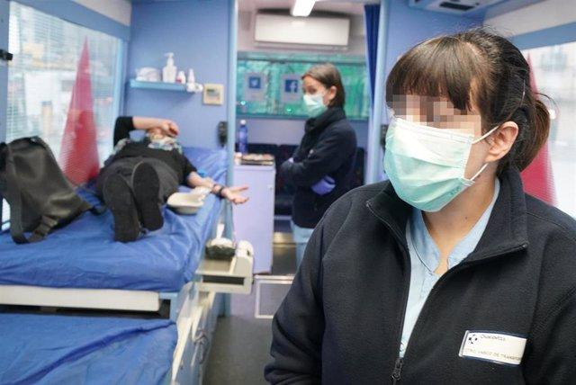 Una mujer dona sangre en el punto móvil de Abando (Bilbao) de la Asociación de Donantes de Sangre de Bizkaia, tras un llamamiento de la Asociación a seguir donando para no entrar en desabastecimiento durante la crisis del coronavirus. (archivo)
