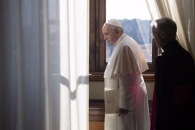 """Coronavirus.- El Papa advierte de una """"Iglesia a mitad"""" que trabaja como """"asocia"""