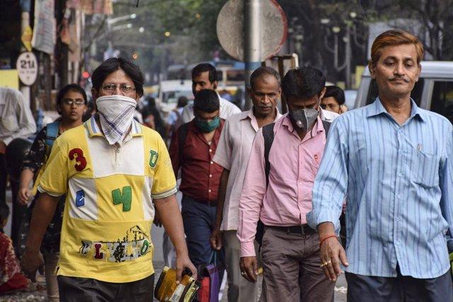 Personas con mascarilla por el coronavirus en Calcuta (India)
