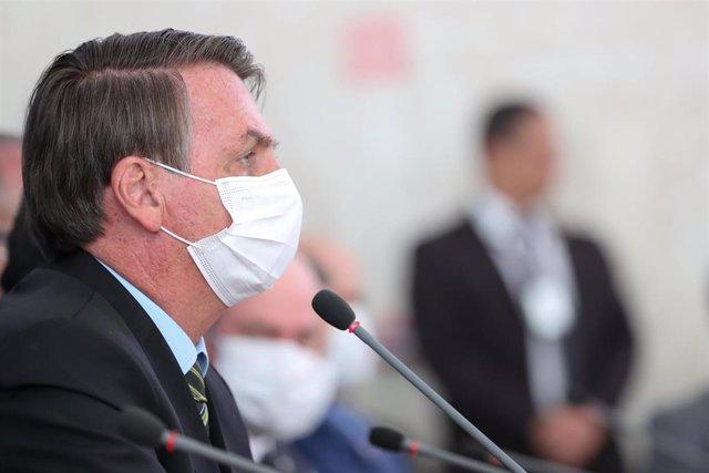 El presidente de Brasil, Jair Bolsonaro, con mascarilla por el coronavirus