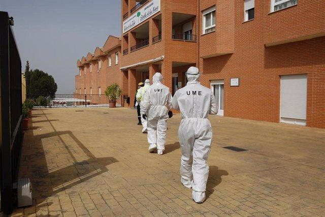Miembros de la UME entrando en la residencia de mayores de La Zubia (Granada) para desinfectar por Coronavirus- AC-1. La Zubia (Granada) a 19 de marzo del 2020