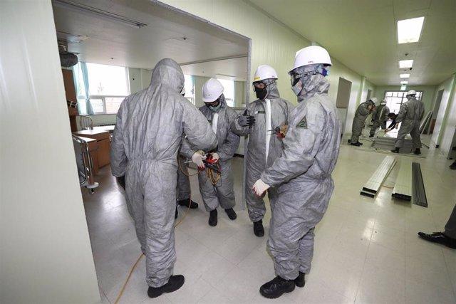 Personal médico preparándose para atender a pacientes del coronavirus.