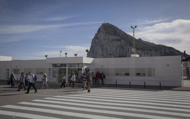 Personas tras cruzar la aduana del paso con Gibraltar. En La Línea de la Concepción, Cádiz, a 01 de febrero de 2020.
