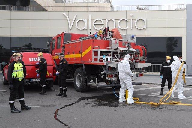 Militares de la UME realizan tareas de desinfección en el Aeropuerto de Valencia