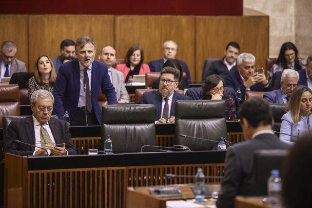 El portavoz del grupo parlamentario socialista, José Fiscal (1i), durante su turno en la sesión de control al gobierno. En el Parlamento de Andalucía, Sevilla, (Andalucía, España), a 05 de marzo de 2020. (Foto de archivo).