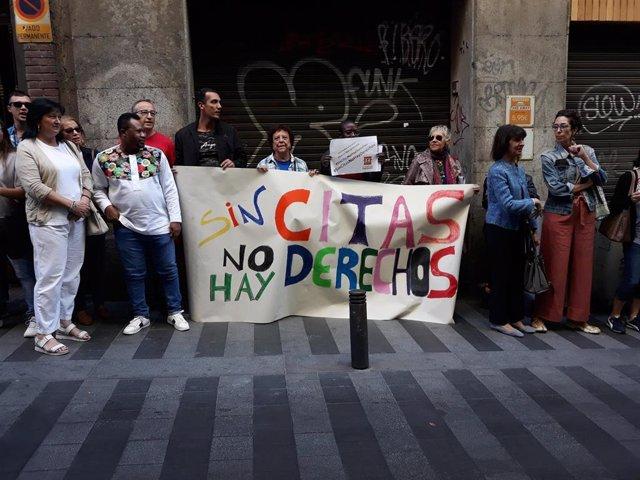 Personas extranjeras se concentran ante la Oficina de Extranjería para denunciar la falta de citas