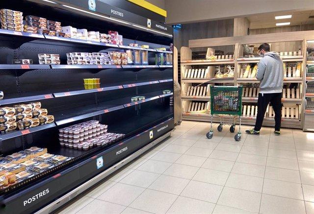 Compradores acuden a supermercados en el segundo día laborable del estado de alarma por el coronavirus, en Madrid (España), a 17 de marzo de 2020.