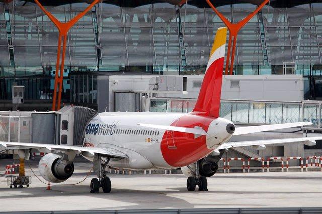 Un avión aparcado en el Aeropuerto Adolfo Suárez Madrid-Barajas