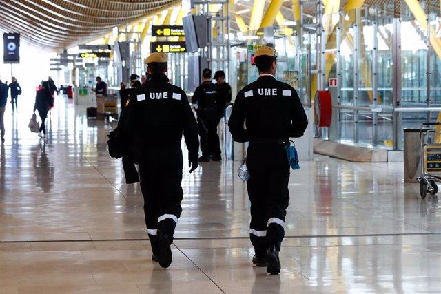 Dos militares de la UME trabaja durante la jornada de hoy en la desinfección del Aeropuerto Adolfo Suárez Madrid-Barajas para luchar contra el coronavirus en pleno estado de alarma y confinamiento de los españoles, en Madrid, a 19 de marzo de 2020