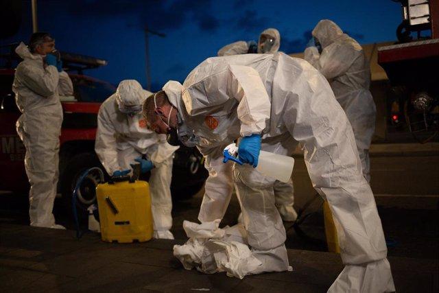 Un grupo de agentes de la Unidad Militar de Emergencias (UME) del Ejército durante las tareas de desinfección en el Aeropuerto de Barcelona - El Prat, a 19 de marzo de 2020.