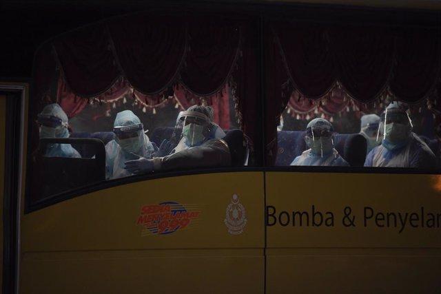 Trabajadores sanitarios con equipos de protección en el aeropuerto internacional de Kuala Lumpur