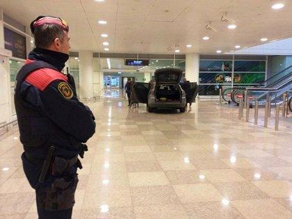 España.- Dos detenidos por irrumpir con un coche en la terminal del Aeropuerto de Barcelona